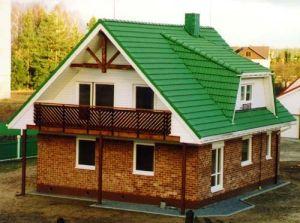 maison autonome à Riese, près de Vilnius, Lituanie; produits construits: fenêtres en bois, balcon et porte d'entrée