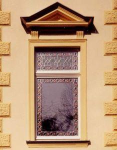 Fenêtre spéciale avec des vitrages ornementées dans le bâtiment qui est prévu comme un monument ancien