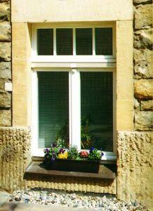 Fenêtre d'un monument antique avec un équipement spécial dans une petite ville de Thuringia, Allemagne