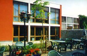 Fenêtres en bois et portes de balcon dans un hôtel en Allemagne