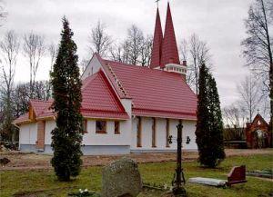 Porte d'entrée en chêne massif et les fenêtres selon les dessins des architectes dans une église nouvellement construite à Biržai, Lituanie