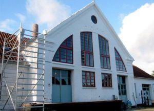 Fenêtre traditionnelle à doubles battants en style ancien pour un bâtiment monumental à Hjorring, Danois