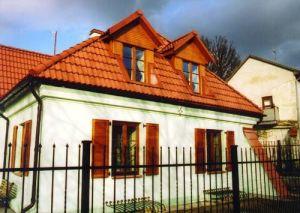 Maison avec des fenêtres en bois, porte d'entrée et volets des fenêtres à Uzupis, partie de Vilnius, Lituanie