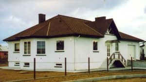 Maison avec des fenêtres en bois et porte d'entrée à Balsiai, Lituanie