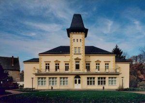 Centre communautaire avec des fenêtres en baies dans une petite ville de Saxonia, Allemagne